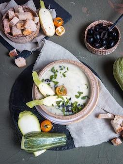 Gemüsesuppe in einem keramikteller auf dem tisch
