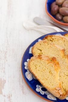 Gemüsesuppe in schüssel und oliven mit maisbrot