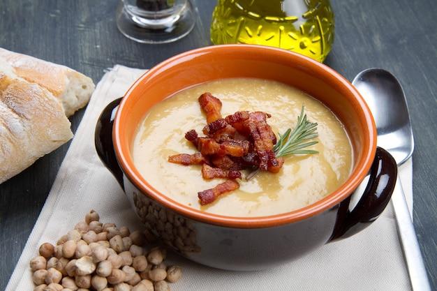 Gemüsesuppe mit frischen zutaten
