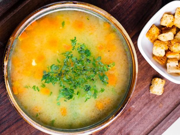 Gemüsesuppe mit gehackten kräutern