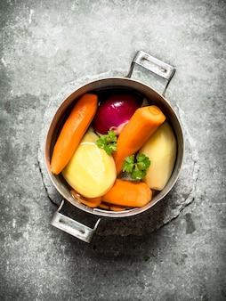 Gemüsesuppe mit gemüse und kräutern. auf dem steintisch.