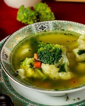 Gemüsesuppe mit karottenbrokkoli und blumenkohl