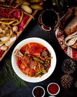 Gemüsesuppe mit rindfleischkeule