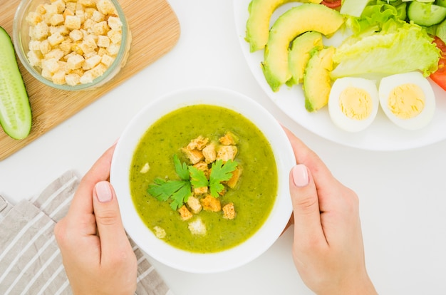 Gemüsesuppe mit semmelbröseln und petersilie