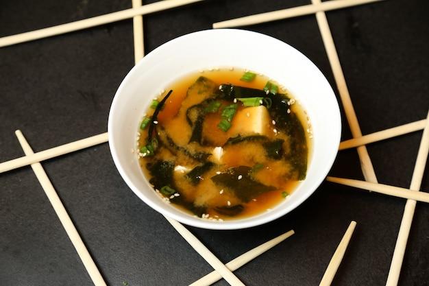Gemüsesuppe mit sesam-draufsicht gekrönt