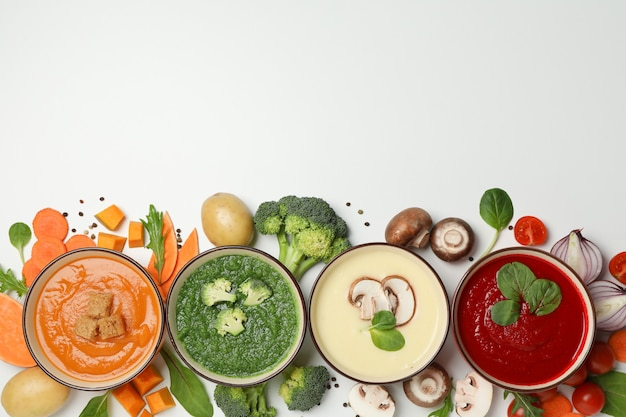 Gemüsesuppen und zutaten auf weiß, platz für text