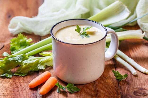 Gemüsesuppenpüree in einer tasse