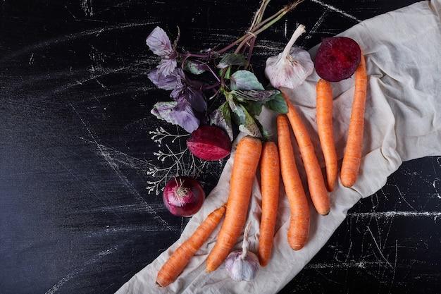Gemüsezusammensetzung auf schwarz