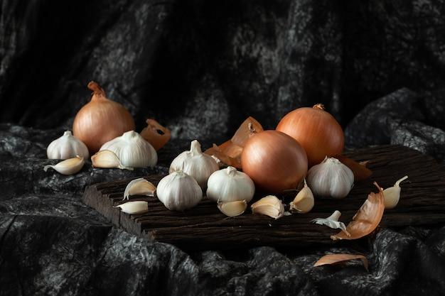 Gemüsezwiebel des frischen bestandteils, der auf hölzerner weinleseart kocht