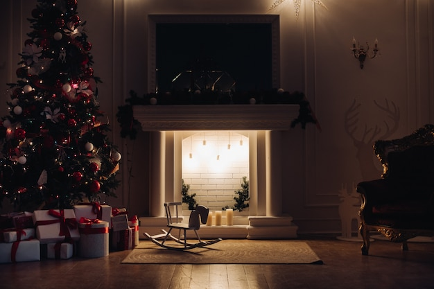 Gemütlich eingerichtete wohnung zu weihnachten. weihnachtsabend.