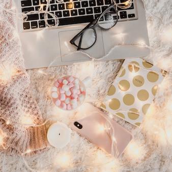 Gemütliche arbeitsatmosphäre mit laptop und telefon