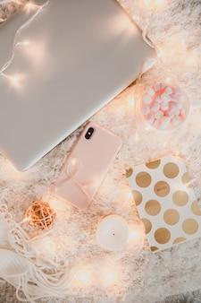 Gemütliche arbeitsatmosphäre mit laptop