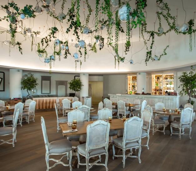 Gemütliche cafeteria, veranstaltungssaal mit weißen möbeln. imaeg