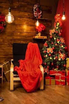Gemütliche decke, die darauf wartet, dass der weihnachtsmann kommt und seine geschenke hinterlässt. überraschung überraschung.