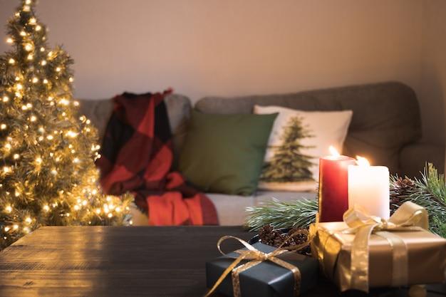 Gemütliche inneneinrichtung im wohnzimmer mit weihnachtsbaum