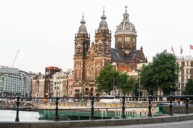 Gemütliche innenhöfe von amsterdam, bänke, fahrräder, blumen in wannen. straßen von amsterdam