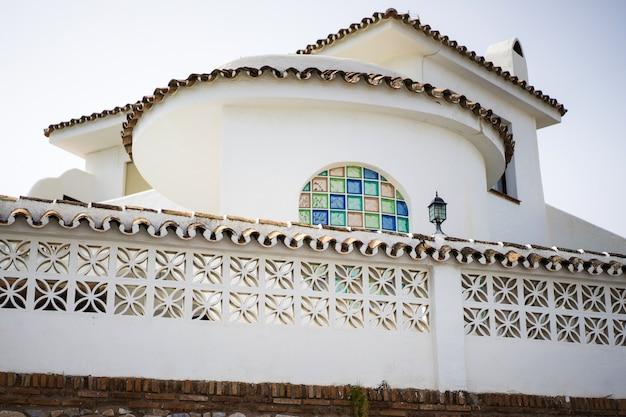 Gemütliche straßen einer kleinen stadt im süden spaniens