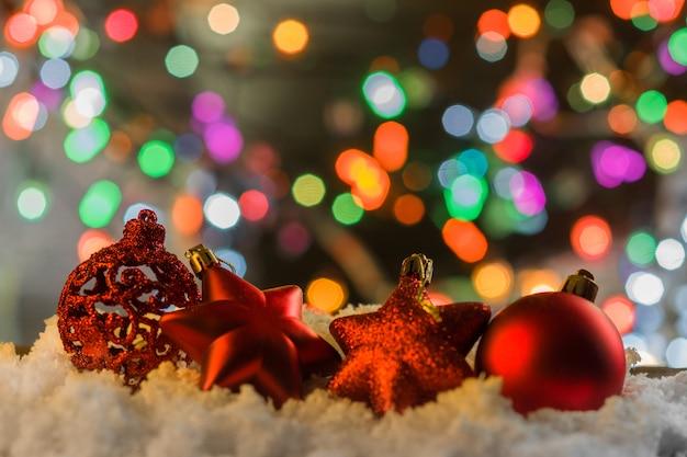 Gemütliche szene gegen weihnachtsbaumgirlande beleuchtet mit weihnachtsbaumdekorationen.