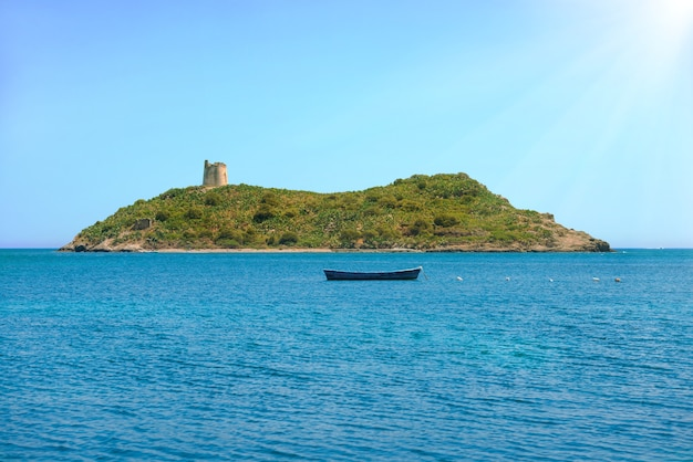 Gemütliche tropische insel, umgeben von blauem meer. konzept für ruhe, urlaub, resort, reisen.