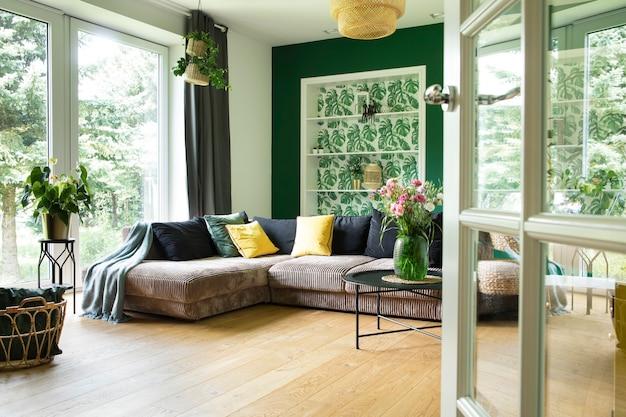 Gemütliche und stilvolle innenausstattung des wohnzimmers