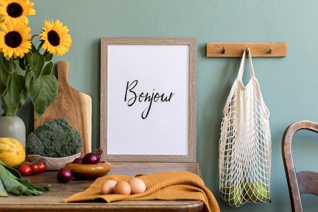 Gemütliche und stilvolle komposition aus kreativem esszimmer mit töpferrahmen, holzkonsole, sonnenblumen und persönlichen accessoires. grüne wand. schöner und sonniger morgen.