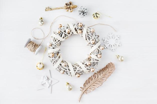 Gemütliche vintage getönten winterferien weihnachtskomposition mit geschenkboxen und bällen, kiefernkegel-holz-hintergrund. stilisierte fotografie für blogbeiträge. flache ansicht von oben.