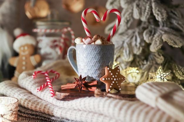 Gemütliche weihnachtskomposition mit einer tasse und keksen. heiße schokolade mit marshmallow.