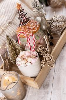 Gemütliche winterkomposition mit tasse und heißer schokolade mit marshmallow.