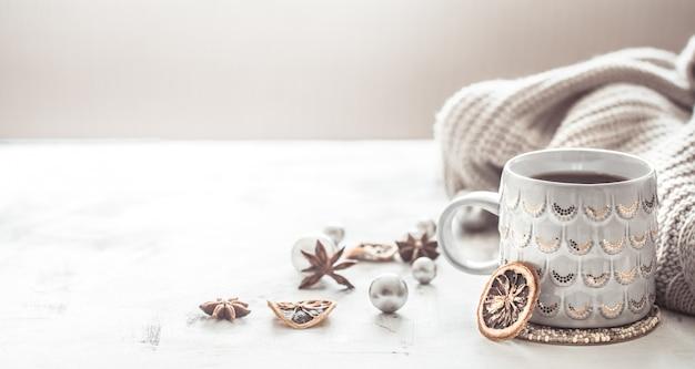 Gemütliche winterkomposition mit tasse und pullover
