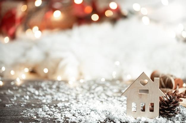 Gemütliche winterwand mit dekor detail und schnee auf verschwommener lichtwand.