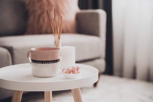 Gemütliche wohnkultur im innenraum mit einer tasse tee