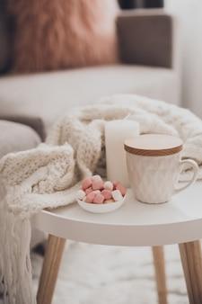 Gemütliche wohnkultur im innenraum mit strick und tasse tee im wohnzimmer
