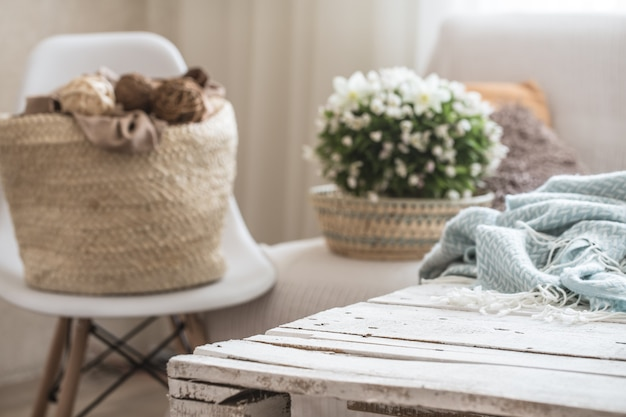 Gemütliche wohnkultur im wohnzimmer auf einem stuhl