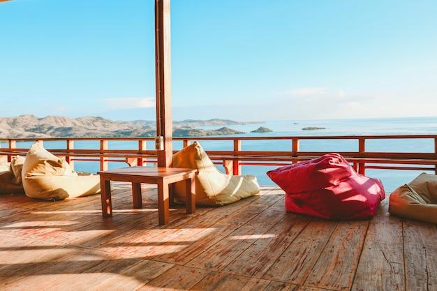 Gemütlicher balkon mit sitzsack mit meerblick bei labuan bajo
