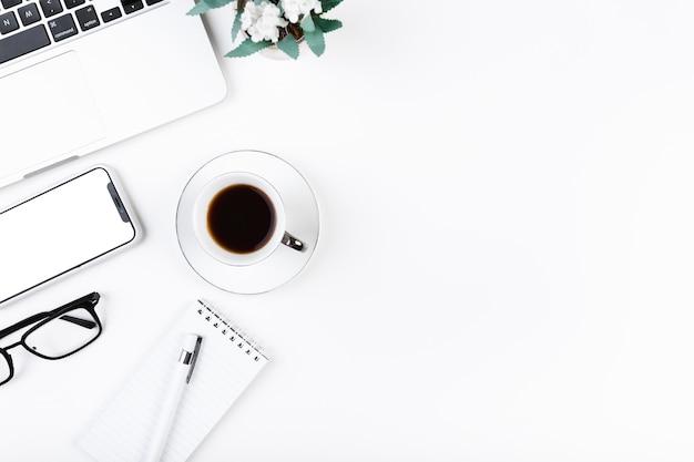 Gemütlicher desktop mit kaffee und laptop