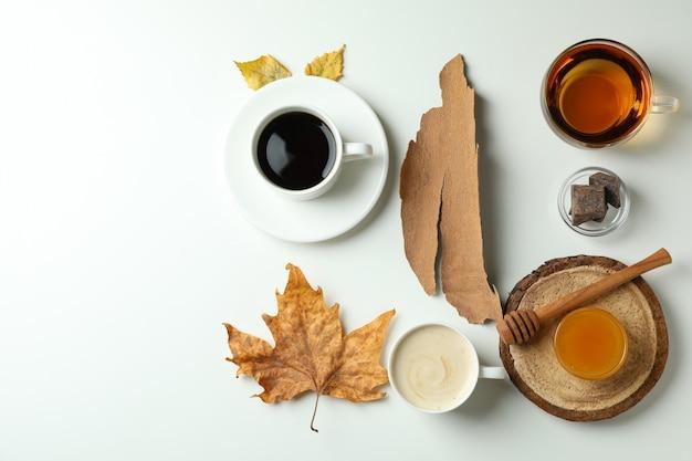 Gemütlicher herbstkonzepthintergrund mit tee und kaffee