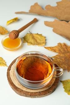Gemütlicher herbstkonzepthintergrund mit teegetränk