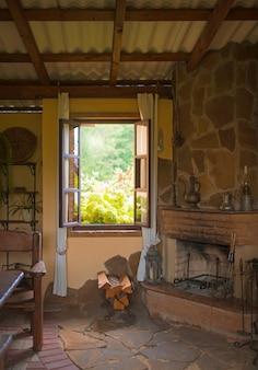 Gemütlicher holzpavillon mit grill und tisch im freien.