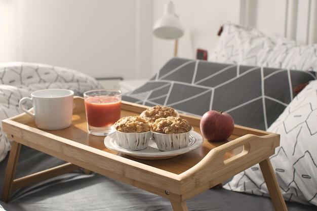 Gemütlicher morgen - frühstück im bett
