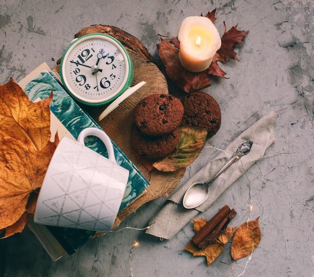 Gemütlicher morgen mit tasse kaffee mit sahne und herbstlaub herbst- und feiertagskonzept.