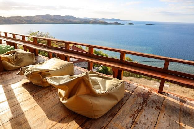 Gemütlicher terrassenbalkon mit sitzsack und meerblick
