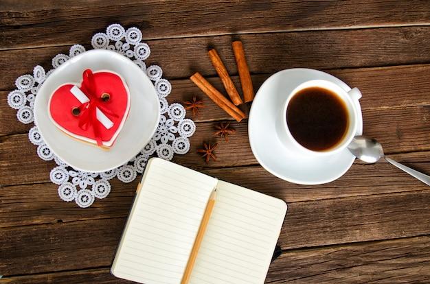 Gemütlicher urlaub. tasse kaffee, notizblock und bleistift, gewürze