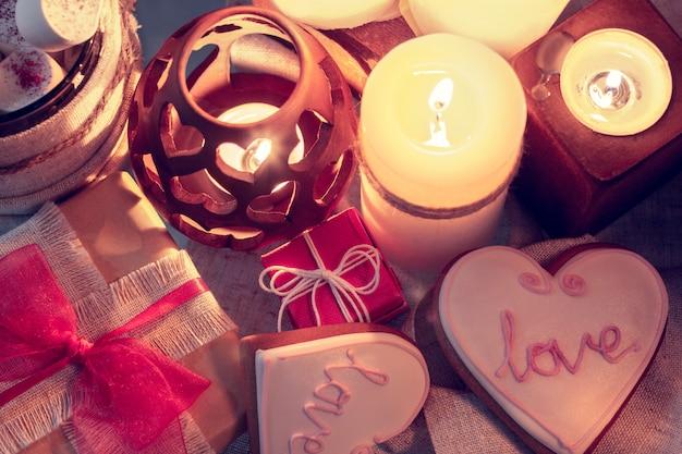 Gemütlicher winter mit kerzen, geschenken und ingwerschnaps