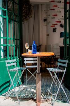 Gemütliches café im freien mit originellem design in europa