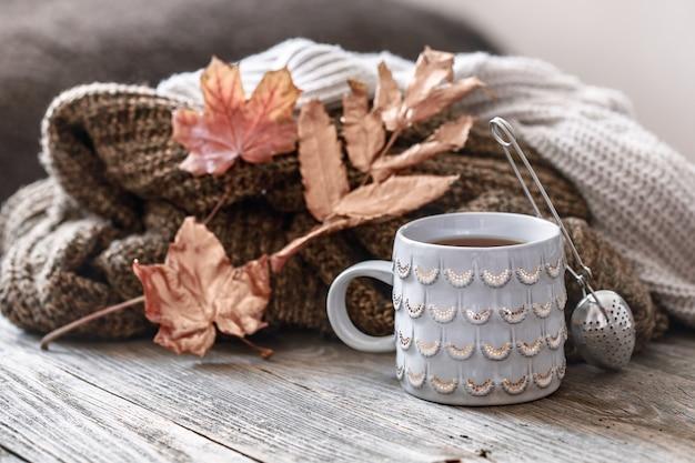 Gemütliches frühstück am herbstmorgen im bett stillleben szene. dämpfende tasse heißen kaffees, tee, der nahe fenster steht. fallen.