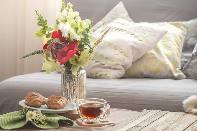 Gemütliches gemütliches frühlingsinterieur im wohnzimmer