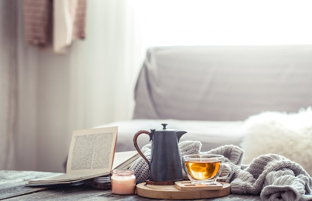 Gemütliches herbststillleben bei einer tasse tee