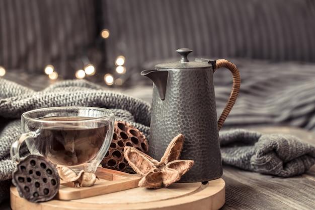Gemütliches herbststillleben mit einer tasse tee.
