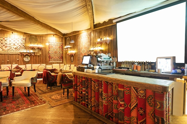 Gemütliches interieur des restaurants im alten stil, teehaus mit weißer projektionswand
