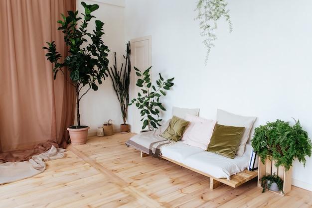 Gemütliches interieur mit holzsofa, holzboden und zimmerpflanzen